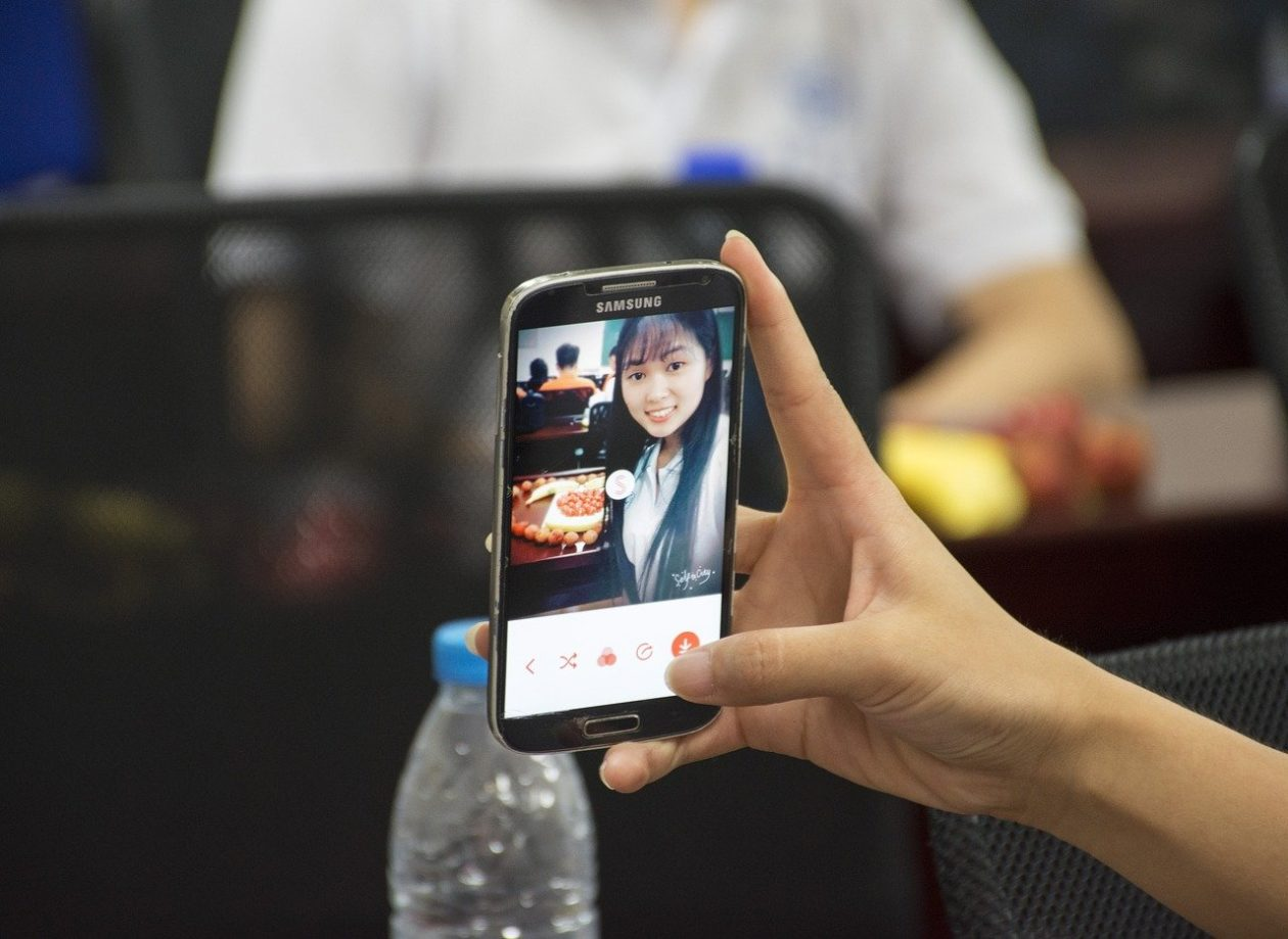 girl takes selfie