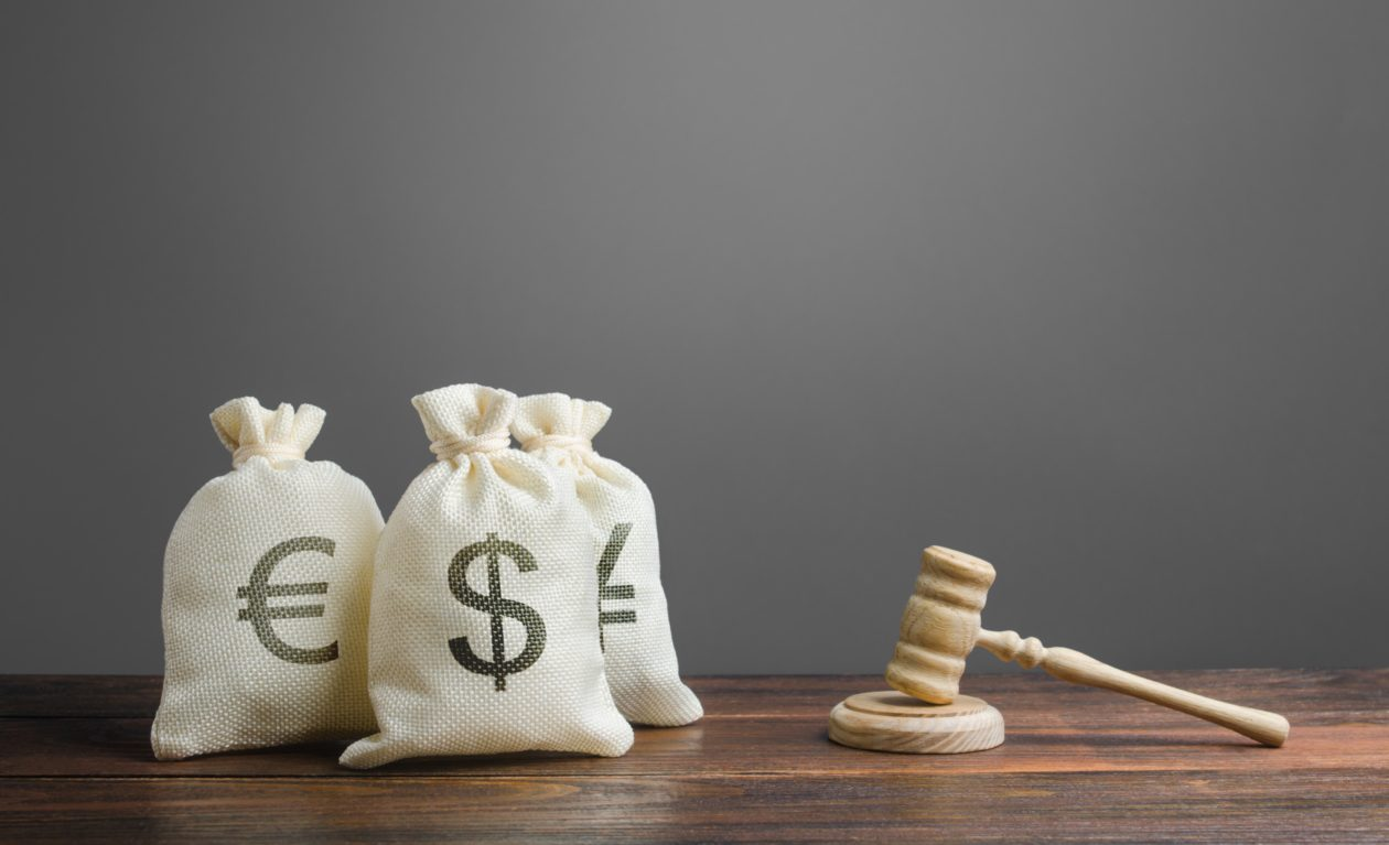 Judge's mallet and coin bags, is it a good idea to finance litigation supported by blockchain technology